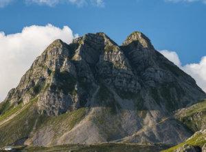 Bergtop en wolken