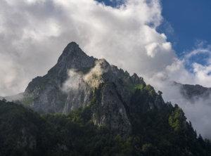 Bergtoppen in de wolken
